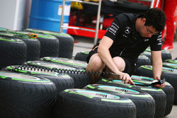 Mechaniker von Mercedes AMG F1 Team arbeitet an Pirelli-Reifen