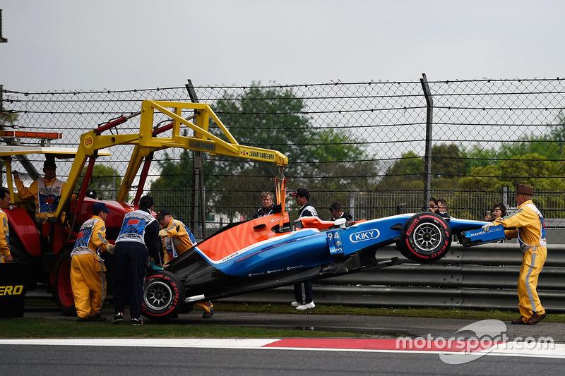 Машину Manor Racing MRT05 Паскаля Верляйна, Manor Racing убирают с трассы после аварии в квалификации