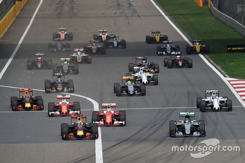 Daniel Ricciardo, Red Bull Racing RB12 y Nico Rosberg, Mercedes AMG F1 Team W07 lidera al inicio de la carrera