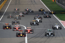 Daniel Ricciardo, Red Bull Racing RB12 en Nico Rosberg, Mercedes AMG F1 Team W07 bij de start