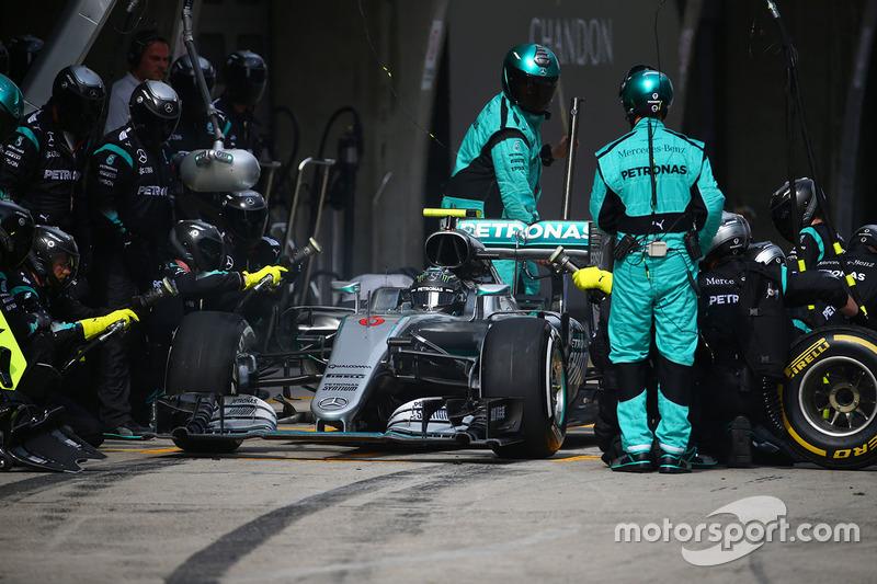 Nico Rosberg, Mercedes AMG F1 Team W07  parada en boxes