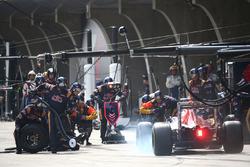 Carlos Sainz Jr., Scuderia Toro Rosso STR11 pitstop