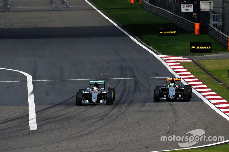 Lewis Hamilton, Mercedes AMG F1 Team W07 y Nico Hulkenberg, Sahara Force India F1 VJM09