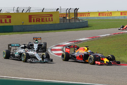 Daniel Ricciardo, Red Bull Racing RB12 battle for position with Lewis Hamilton, Mercedes AMG F1 Team W07