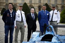 Formula E CEO Alejandro Agag, Jean Tod Presidente FIA, il luogotenente generale Bruno Le Roy, Governatore militare di Parigi e Generale maggiore, e Christian Baptiste, Direttore del museo della guerra