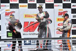 Podio GTA: ganador Martin Fuentes, Scuderia Corsa, segundo lugar Michael Schein, Wright Motorsports, tercer lugar Drew Regitz, Stephen Cameron Racing