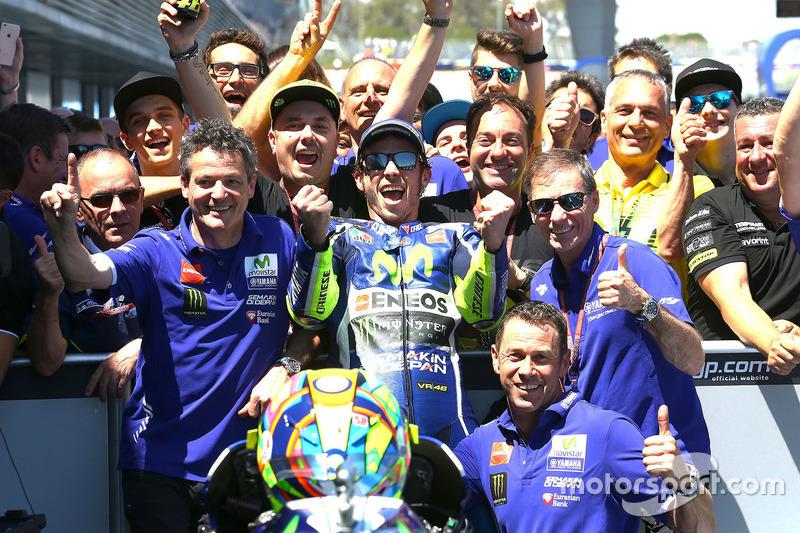 Valentino celebra la vittoria di Jerez insieme alla sua squadra