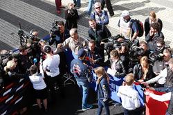 Daniil Kvyat, Red Bull Racing und Nico Rosberg, Mercedes AMG F1 Team im Gespräch mit der Presse