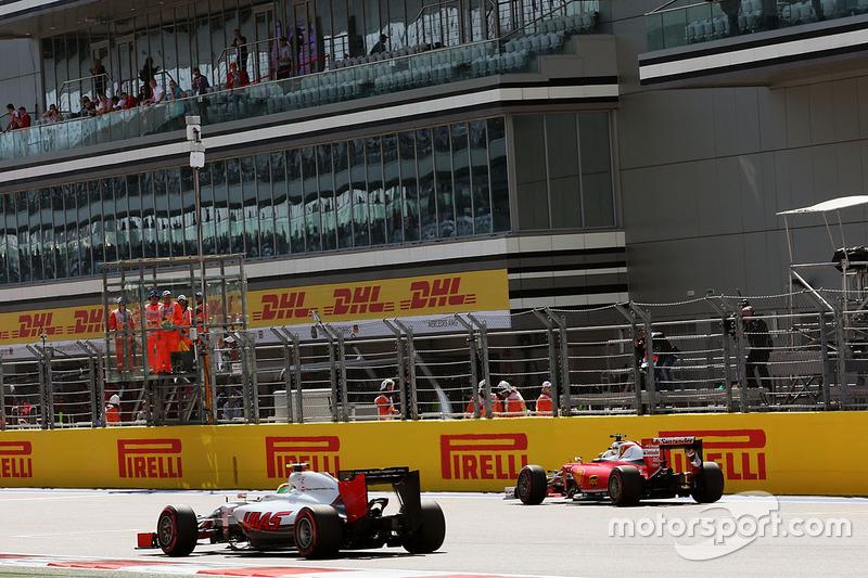 Esteban Gutiérrez, equipo de F1 de Haas VF-16 pasa a Sebastian Vettel, Ferrari SF16-H, que parado en el inicio / final de la recta
