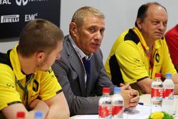 Сергей Сироткин, тестовый пилот Renault Sport F1 Team, Борис Ротенберг, совладелец банка SMP и группы SGM и Фредерик Вассёр, гоночный директор Renault Sport F1 Team