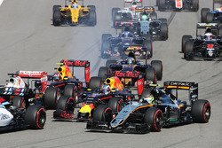 Startcrash mit Sebastian Vettel, Ferrari SF16-H, Daniil Kvyat, Red Bull Racing RB12, Daniel Ricciardo, Red Bull Racing RB12, und Sergio Perez, Sahara Force India F1 VJM09