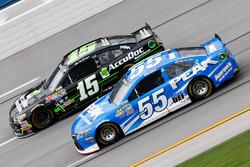 Clint Bowyer, HScott Motorsports Chevrolet, und Michael Waltrip, Premium Motorsports Toyota