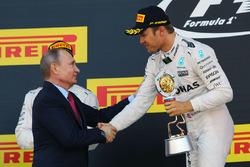 Подиум: Владимир Путин, президент Российской Федерации и победитель - Нико Росберг, Mercedes AMG F1 Team