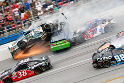 Crash mit Ricky Stenhouse Jr., Roush Fenway Racing Ford, und Kevin Harvick, Stewart-Haas Racing Chevrolet
