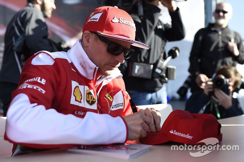 Kimi Raikkonen, Ferrari firma autógrafos con los aficionados
