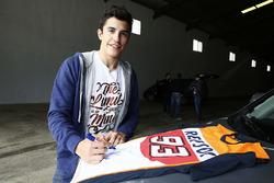 Marc Marquez, Repsol Honda Team, schreibt Autogramme für die Fans