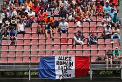 Баннер для Ромена Грожана, Haas F1 Team на главной трибуне