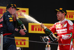 Sieger Max Verstappen, Red Bull Racing und 3. Sebastian Vettel, Scuderia Ferrari SF16-H