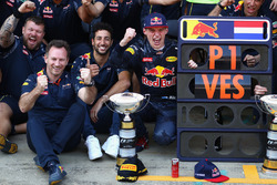 Max Verstappen, Red Bull Racing, Daniel Ricciardo, Red Bull Racing en teambaas Christian Horner vieren