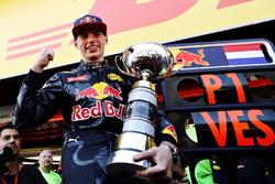 Max Verstappen, Red Bull Racing viert met zijn trofee
