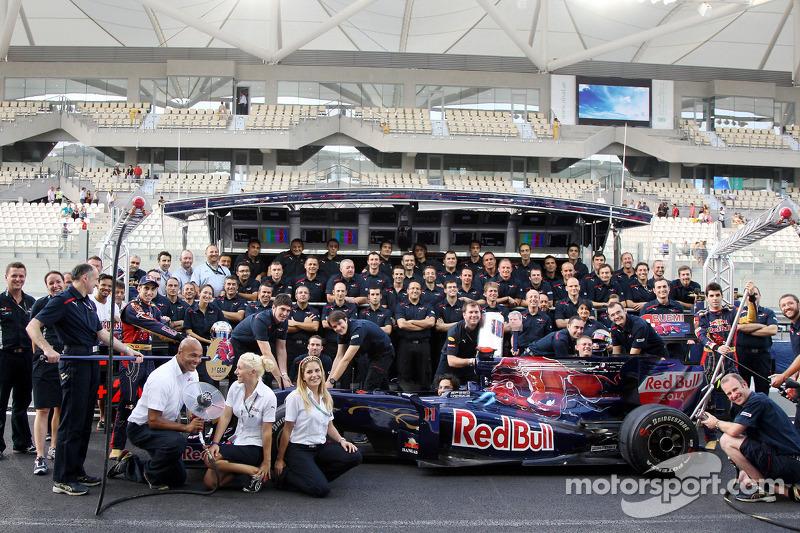 Scuderia Toro Rosso teamfoto, Franz Tost, Scuderia Toro Rosso, Teambaas, Sebastien Buemi, Scuderia Toro Rosso, Jaime Alguersuari, Scuderia Toro Rosso