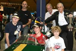 Джек Бребем разом із сином Девідом та онуками
