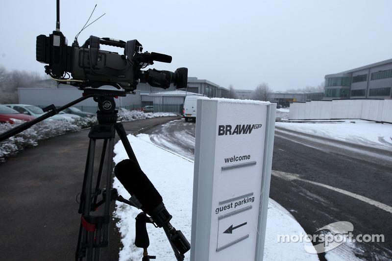 Les journalistes attendent des nouvelles de Michael Schumacher
