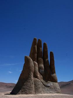 Escultura de una mano entre Copiapo y Antofagasta
