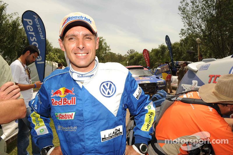Lucas Cruz, vainqueur du Dakar 2010 dans la catégorie Autos célèbre son succès