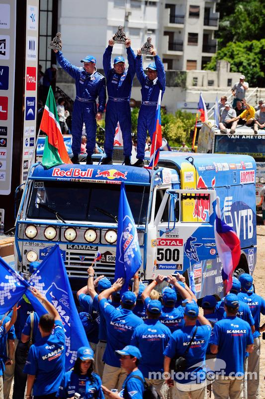Podium catégories Camions Dakar 2010 : Firdaus Kabirov, Aydar Belyaev et Andrey Mokeev, 2e s