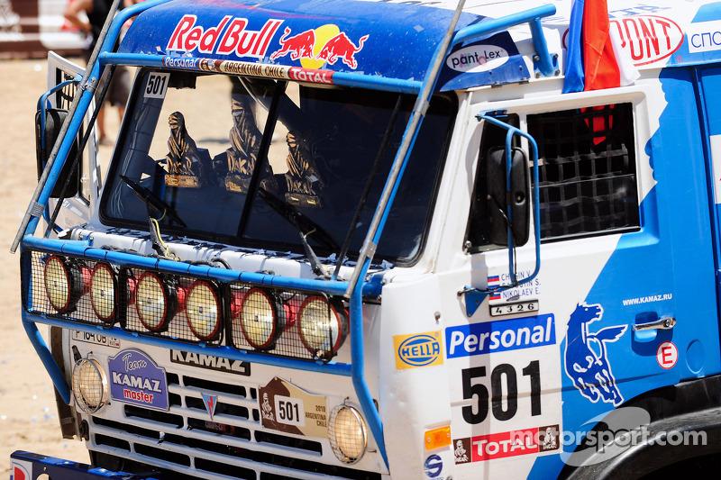 Podium catégories Camions Dakar 2010 : le trophée de vainqueur et le camion victorieux