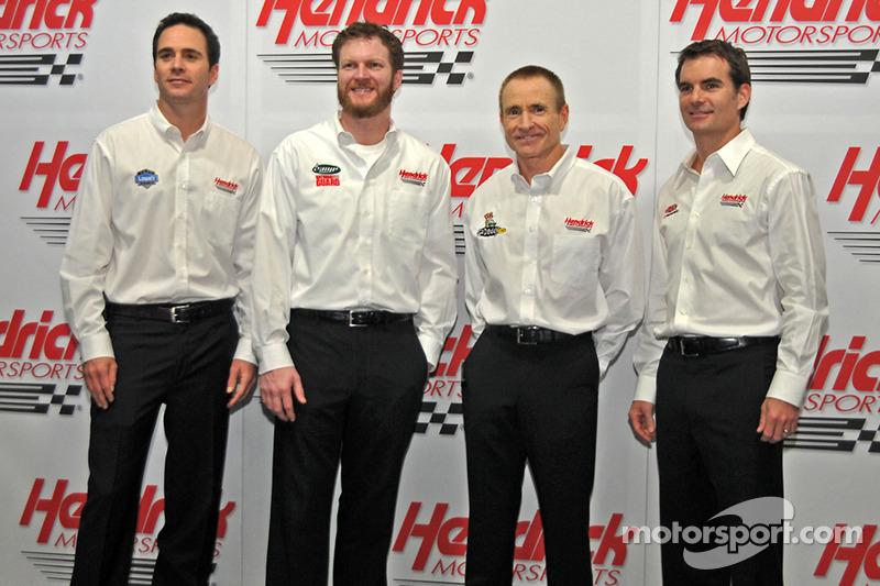 Jimmie Johnson, Dale Earnhardt Jr., Mark Martin et Jeff Grodon, pilote du HMS