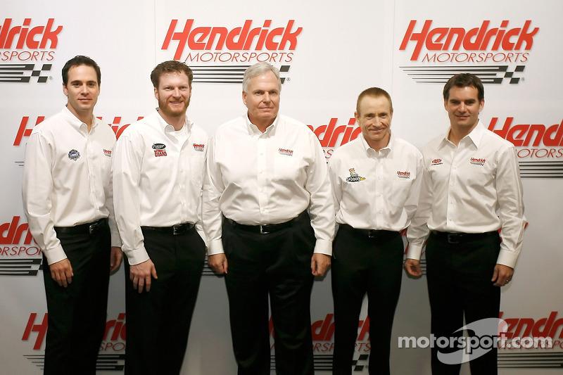 Jimmie Johnson, Dale Earnhardt Jr., RIck Hendrick, Mark Martin et Jeff Gordon posent pour la traditi