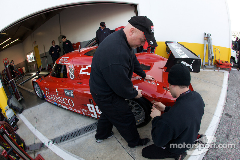 Les membres du GAINSCO/ Bob Stallings Racing mettent la touche finale à la reconstruction de la #99 Chevrolet Riley