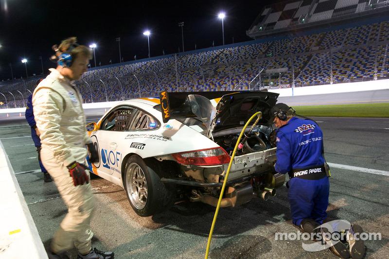 #20 Matt Connolly Motorsports Porsche GT3: Christophe Lapierre, Jos Menten, Markus Palttala, Oskar Slingerlet dans les stands avec moteur problem