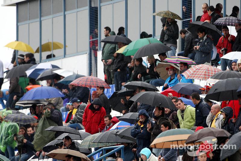 Fans kijken naar het testen in de regen