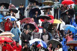 Fans kijken in de regen