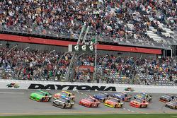 Start: Mark Martin, Hendrick Motorsports Chevrolet and Ryan Newman, Stewart-Haas Racing Chevrolet battle for the lead