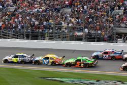 Jimmie Johnson, Hendrick Motorsports Chevrolet, leidt voor Kyle Busch, Joe Gibbs Racing Toyota en Mark Martin, Hendrick Motorsports Chevrolet