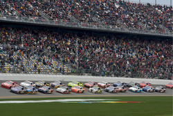 Restart: Matt Kenseth, Roush Fenway Racing Ford and Juan Pablo Montoya, Earnhardt Ganassi Racing Chevrolet lead the field