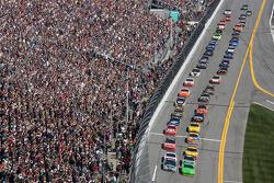 Start: Mark Martin, Hendrick Motorsports Chevrolet and Dale Earnhardt Jr., Hendrick Motorsports Chevrolet lead the field to the green flag