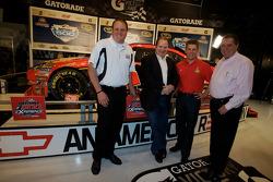Ontbijten met de kampioen: 2010 Daytona 500 winnaar Jamie McMurray met teameigenaren Chip Ganassi en Felix Sabates, en teammanager Kevin Manion
