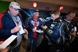 Ontbijten met de kampioen: 2010 Daytona 500 winnaar Jamie McMurray deelt handtekeningen uit