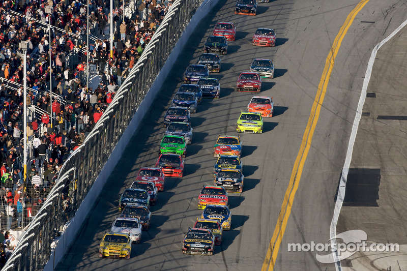 Clint Bowyer, Richard Childress Racing Chevrolet voert het veld aan