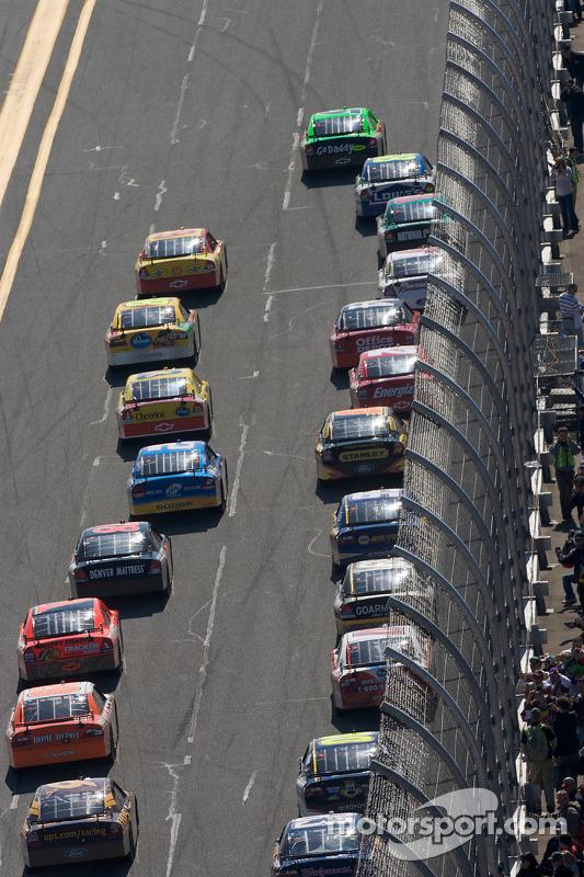 Mark Martin, Hendrick Motorsports Chevrolet, leidt het veld