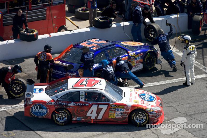 Pitstop Marcos Ambrose, JTG Daugherty Racing Toyota en Michael McDowell, Prism Motorsports Toyota