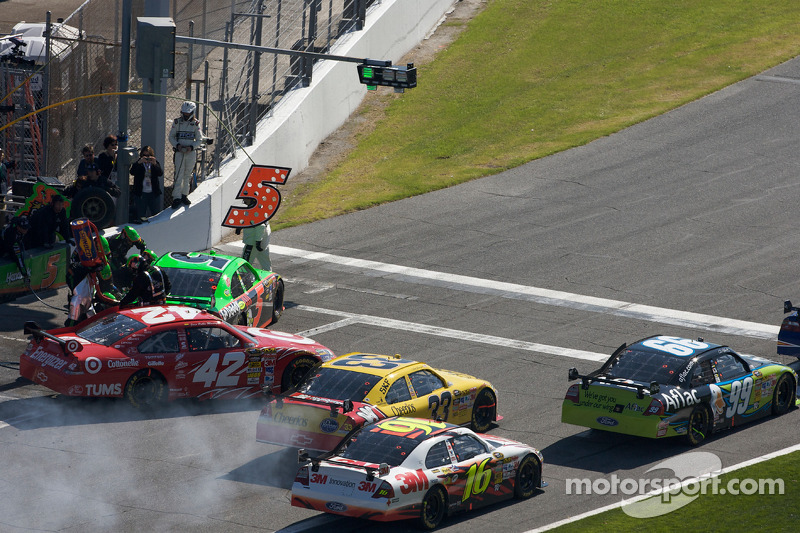 File bij uitgang pits: Mark Martin, Hendrick Motorsports Chevrolet, Juan Pablo Montoya, Earnhardt Ganassi Racing Chevrolet, Clint Bowyer, Richard Childress Racing Chevrolet, Greg Biffle, Roush Fenway Racing Ford en Carl Edwards, Roush Fenway Racing