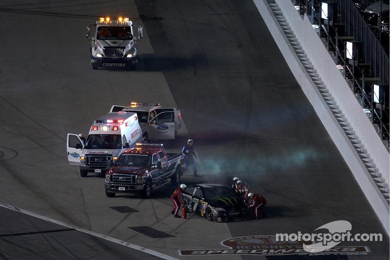 El equipo de rescate trabaja en el auto de Robby Gordon, Robby Gordon Motorsports Toyota