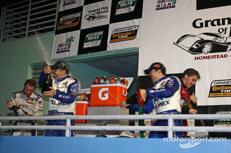 DP podium: klasse en winnaars Scott Pruett en Memo Rojas vieren feest met champagne