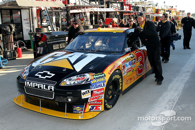 Auto van Jeff Burton, Richard Childress Racing Chevrolet geduwd in de werkplaats